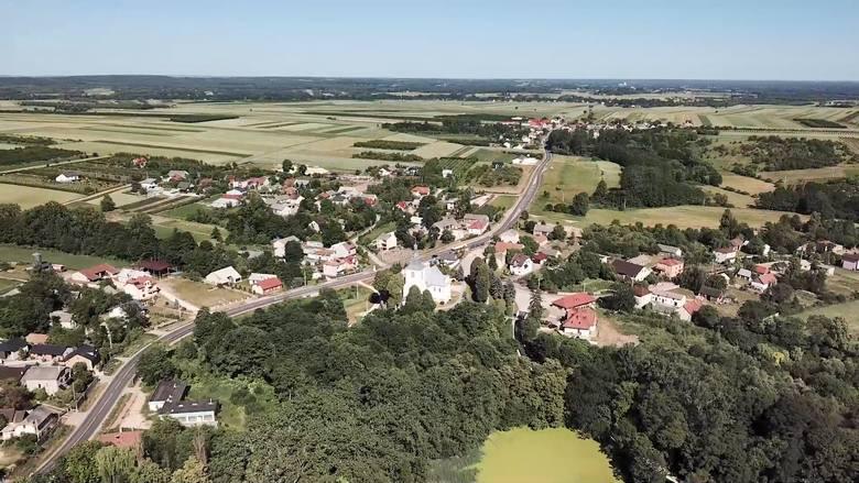 Powiat buski to piękne krajobrazy, które z wysokości prezentują się naprawdę imponująco. Na zdjęciu Gnojno i jego wschodnie okolice.