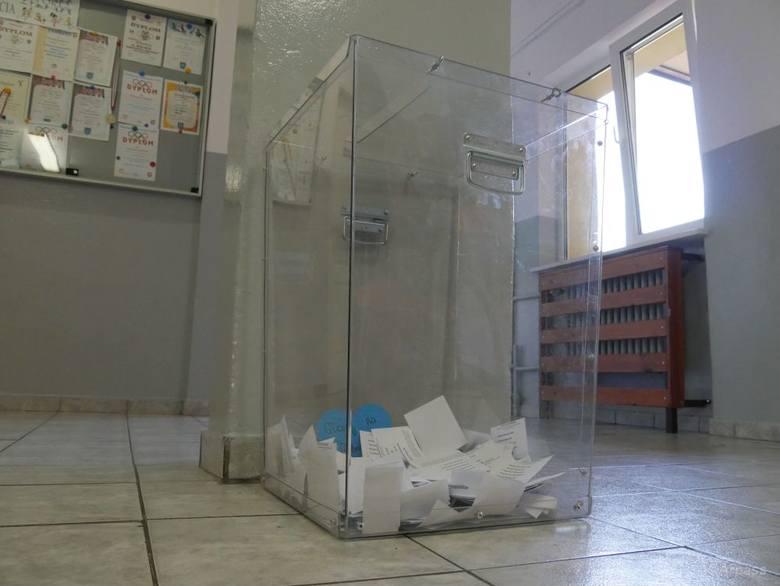 Urna do której uczniowie wrzucali swoje głosy została wypożyczona od Urzędu Miejskiego w Kozienicach i już niedługo posłuży przy oficjalnych wyborac