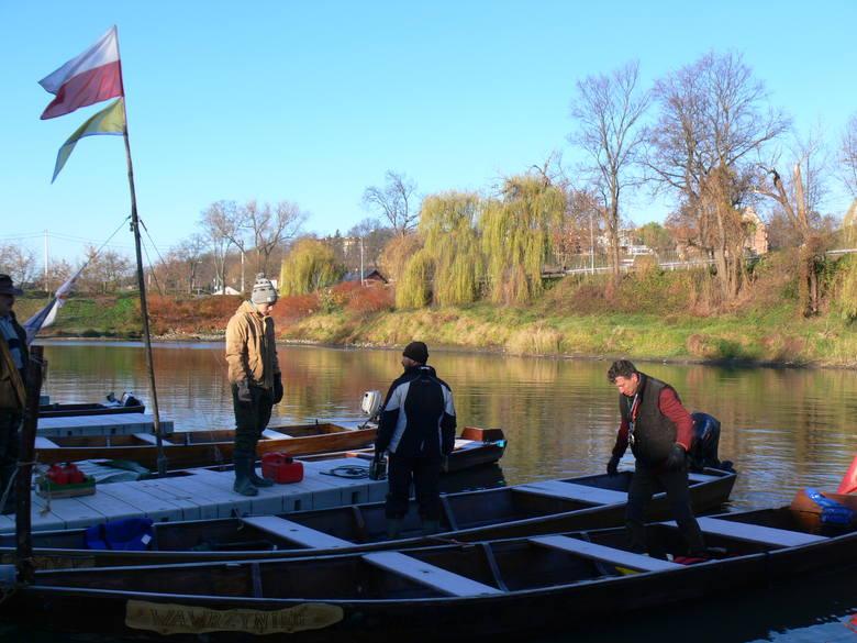 W akcji uczestniczyły cztery łodzie. Sprzątanie podzielono na kilka odcinków. Od mostu drogowego w Sandomierzu do mostu kolejowego.