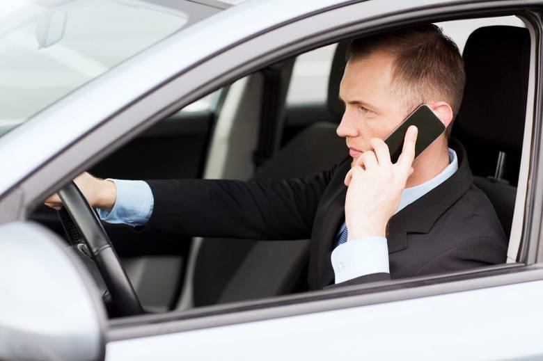 Telefon komórkowy w samochodzie. Bardziej niebezpieczny niż myślisz!