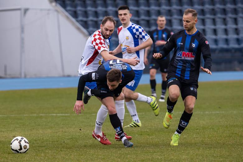 W hicie IV ligi prowadzący w rozgrywkach Zawisza Bydgoszcz bezbramkowo zremisował z drugą Włocłavią. W końcówce pierwszej połowy Kamil Żylski z Zawiszy