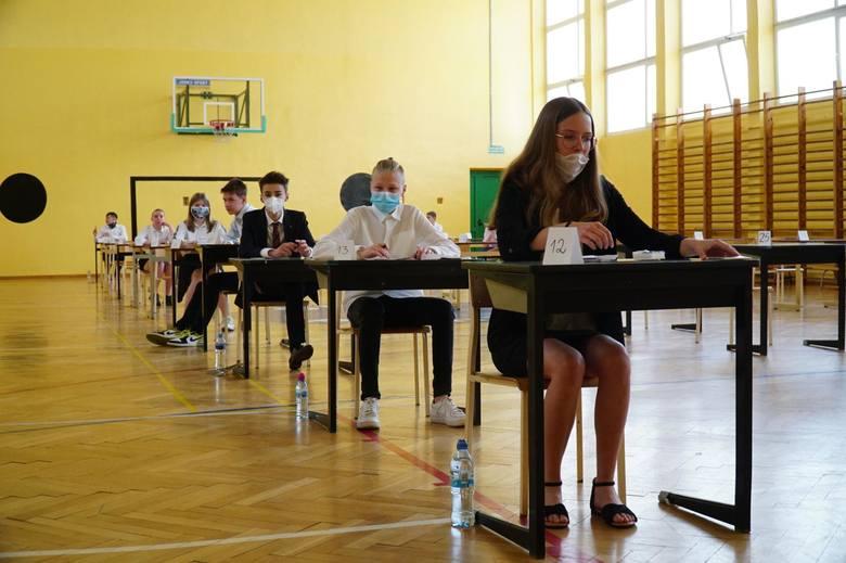 Egzamin ósmoklasisty i matura 2021 zostaną przeprowadzone w oparciu o niższe wymagania. Powód? Pandemia i zdalne nauczanie