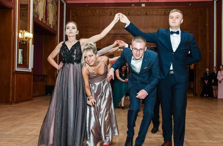 Kolejny bal studniówkowy w Bydgoszczy za nami. Zobacz, jak bawili się tegoroczni maturzyści z Technikum Fryzjerskiego.