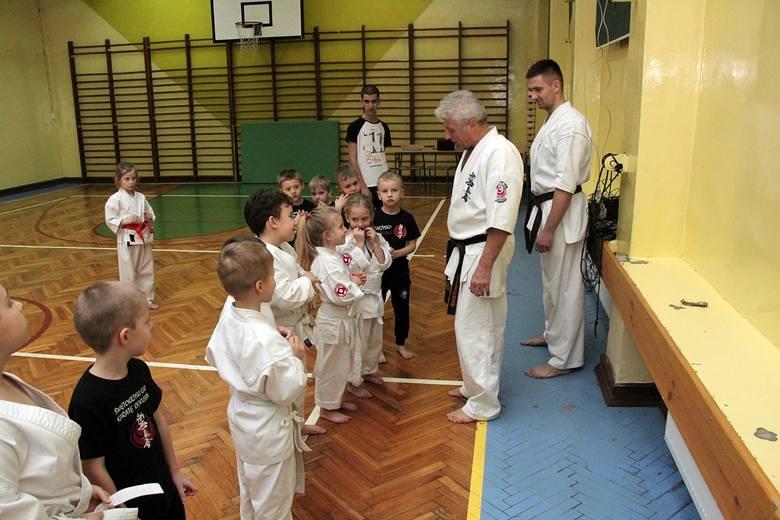 Karatecy z Akademii Holistycznej pomyślnie zdali egzamin na wyższe stopnie