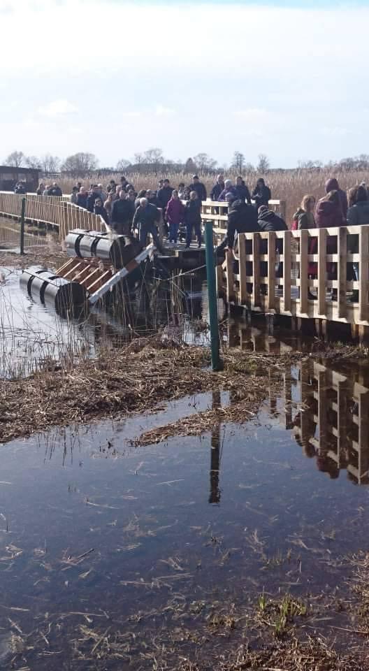 Do wypadku doszło w niedzielę 24 marca. Wywrócił się jeden z pomostów, którymi przepływa się z jednej części kładki do drugiej. W wodzie znalazło się
