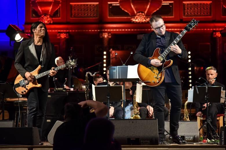 Uniwersalność brzmieniowa gitary wynikająca ze stosowania różnego rodzaju efektów powoduje, że świetnie sprawdza się w każdej stylistyce muzycznej - mówi Piotr Scholz.
