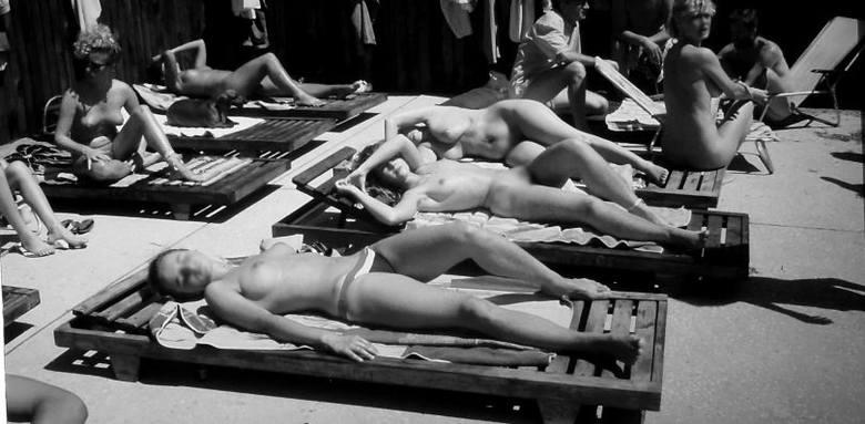 Plaża nudystów nad Zalewem SulejowskimPiękno w stylu topless w PRLTen kto miał aparat fotograficzny, też pstrykał pamiątkowe  fotki, bo wiedział, że