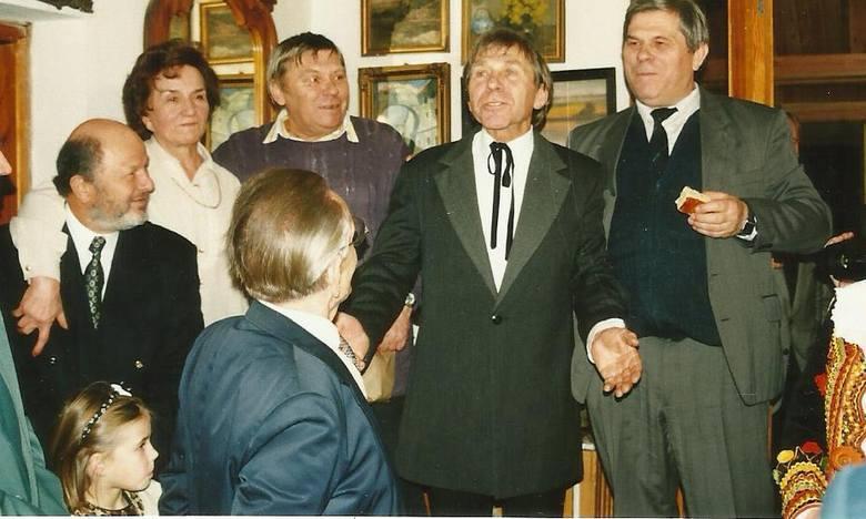 Petrykozy. Rok 1996. Jubileusz 50-lecia pracy artystycznej Wojciecha Siemiona (w środku). Po lewej stronie stoi Stanisław, po prawej Ignacy Zenon.