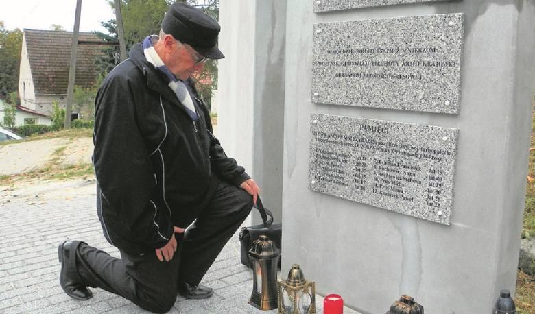 Franciszek Prus przy tablicy poświęconej mieszkańcom Szybalina. Łężyca 2016