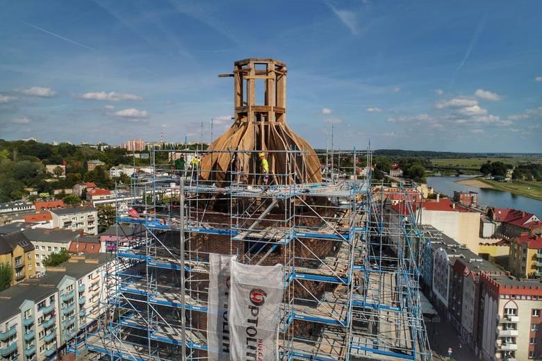 Przypomnijmy: w październiku zacznie się obijanie kopuły katedralnej wieży miedzianą blachą. Konserwator zabytków chce, by była ona błyszcząca i rzucała