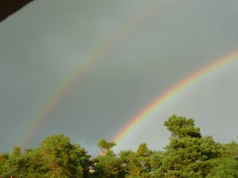 Zdarza się, że na niebie pojawiają się dwie tęcze, przy czym drugi łuk znajduje się bezpośrednio nad pierwszym. . Dzieje się tak w wyniku podwójnego