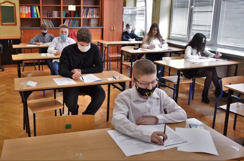 W środę 17 marca rozpoczął się trzydniowy próbny egzamin ósmoklasisty. W Szkole Podstawowej numer 3 imienia Alfreda Freyera w Tarnobrzegu będzie zdawało