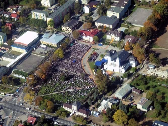 Na wystawienie hostii do Sokółki przybyły tłumy wiernych z kraju i zagranicy