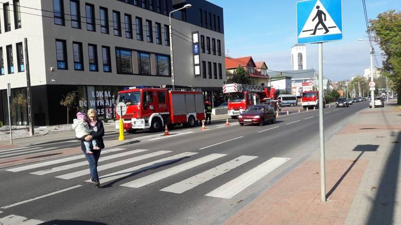 - Około godz. 11:00 w budynku przy ulicy Mickiewicza 74 wyczuto dym - pisze Karol Halicki.