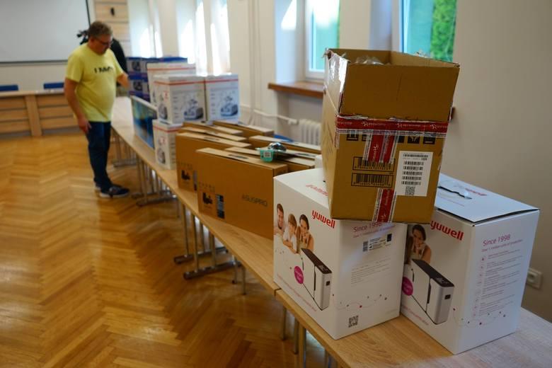Regionalny Ośrodek Pomocy Społecznej w Rzeszowie przekazał dziś komputery stacjonarne, laptopy i inny sprzęt dla placówek opiekuńczo-terapeutycznych