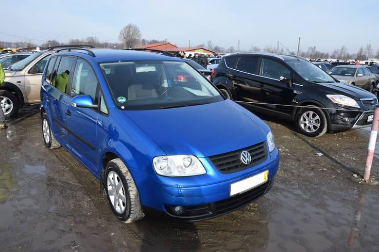 1. Volkswagen Touran. Silnik 1,9 diesel, rok produkcji 2005, cena 17600 zł