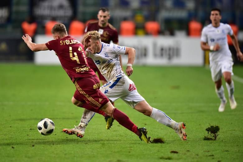 Kamil Jóźwiak walczy o piłkę w meczu Legia - Lech