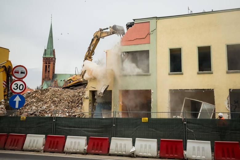 W sobotę, 22 lutego, operatorzy ciężkiego sprzętu wjechali i zaczęli wyburzać kamienicę przy rondzie Bernardyńskim. Wszystko w ramach realizacji kolejnego