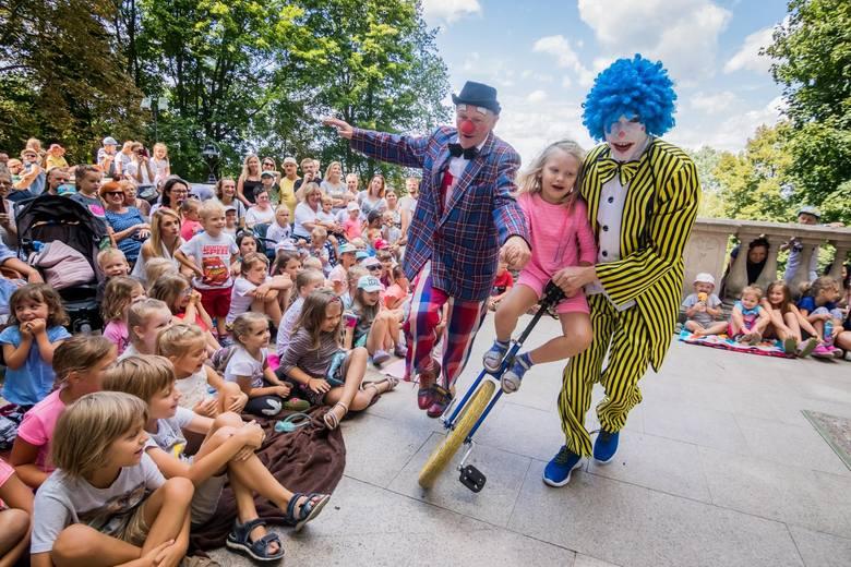 Pałac w Ostromecku gościł w sobotę aktorów cyrkowych, którzy rozbawiali najmłodszych do łez. Dzieci były zachwycone niecodziennymi pokazami oraz sztuczkami