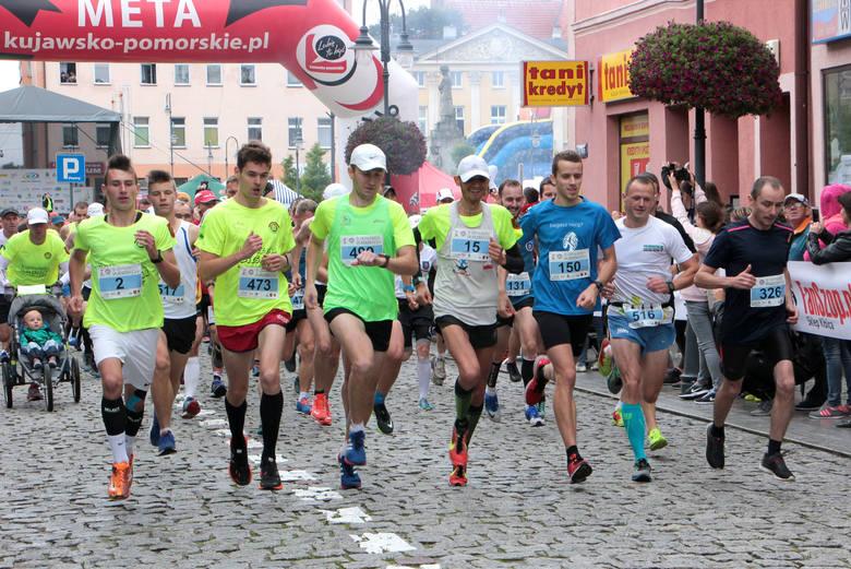 Ulicami Wąbrzeźna pobiegli  uczestnicy Wąbrzeskiej Dziesiątki pokonując dystans 10 kilometrów.