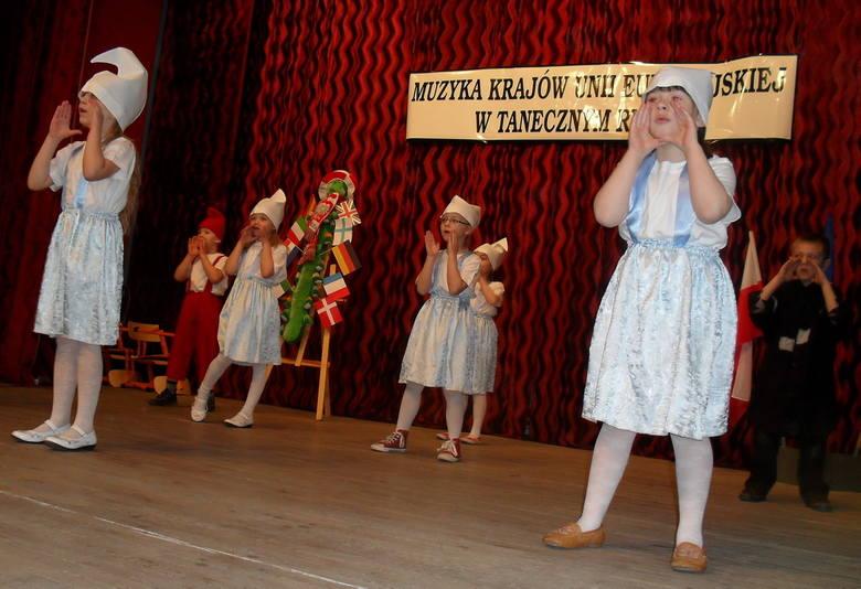 ŻNIN Przedszkolaki na scenie domu kultury