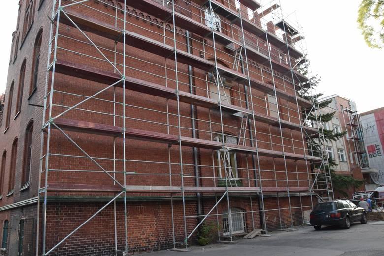 Stara część Szpitala Uniwersyteckiego w Zielonej Górze się zmienia. Przy budynku już stanęły rusztowania.