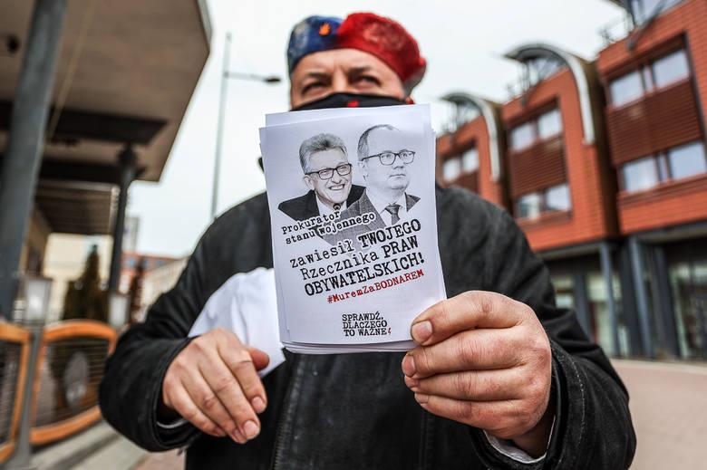 """Pod dawnym kinem Krewetka aktywistki rozdawały plakaty i ulotki, zachęcające do udziału w akcji poparcia """"Murem za Bodnarem"""""""
