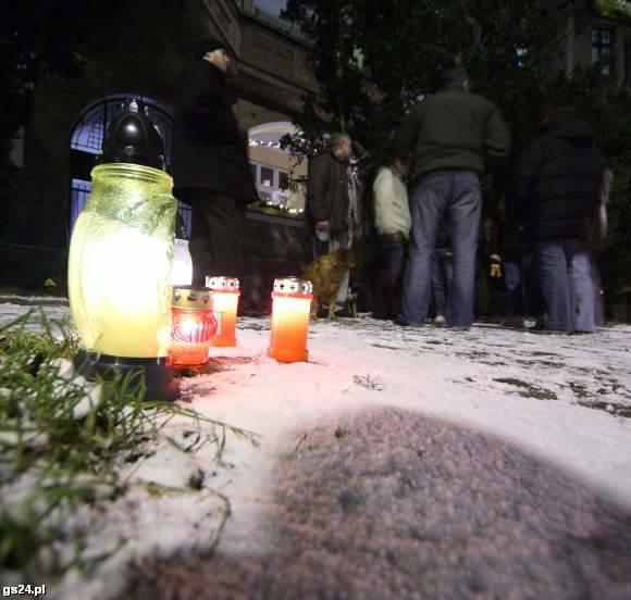 Po śmierci Jana Rosia mieszkańcy zapalali znicze pod kamienicą.