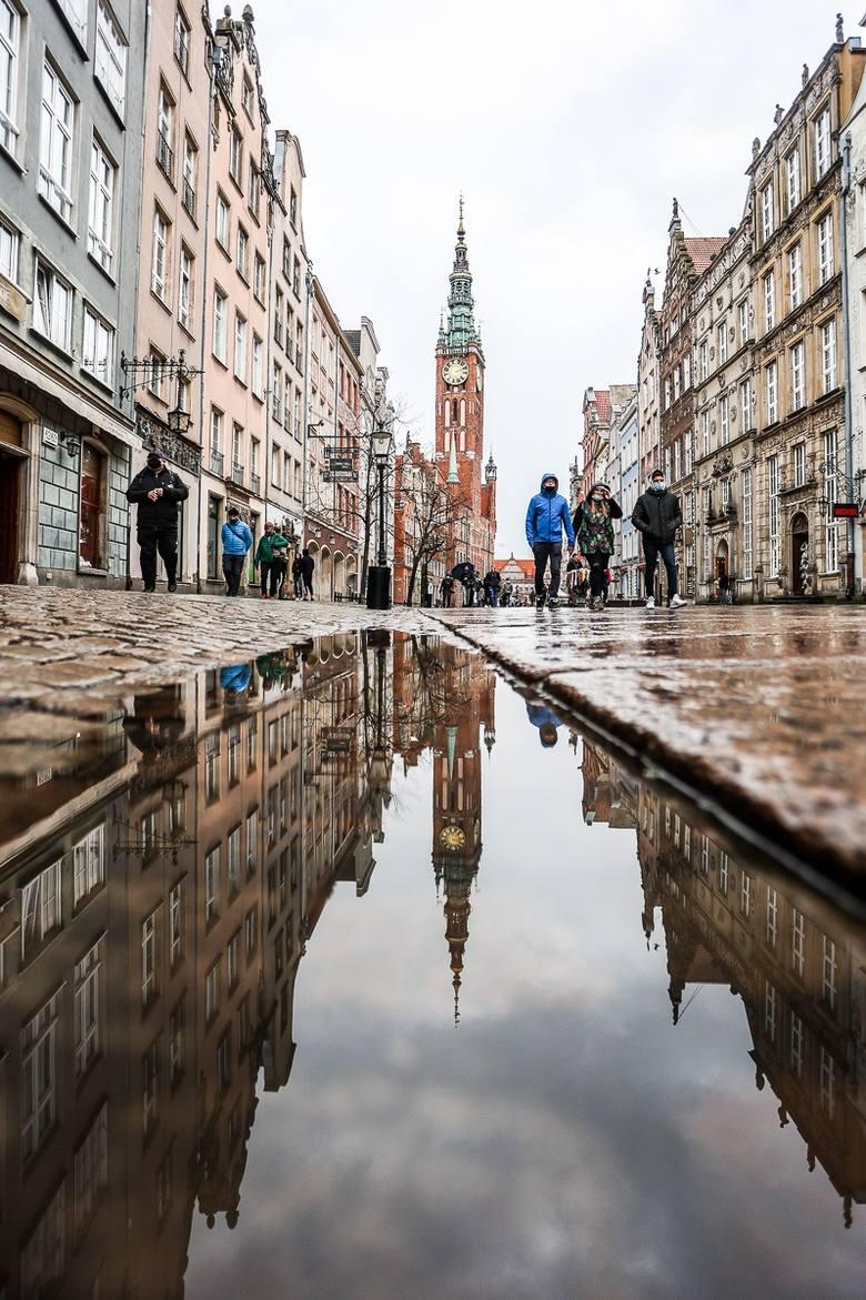 Gdańsk widziany w kałuży jest niesamowity! Koniecznie zobacz te zdjęcia >>>