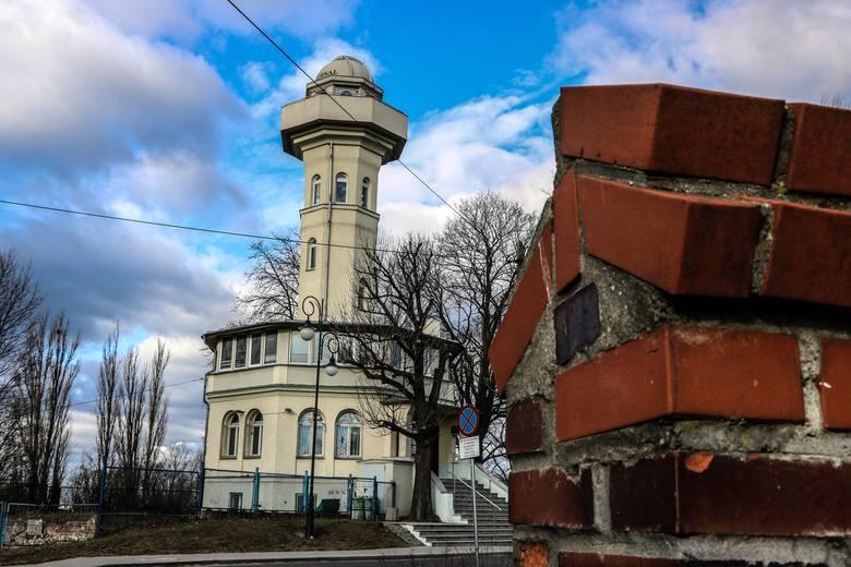 Obiekt na osiedlu Braniborskim to nie tylko lokalna architektoniczna perełka, ale przede wszystkim zabytkowa wieża widokowa, nad którą aktualnie piecze