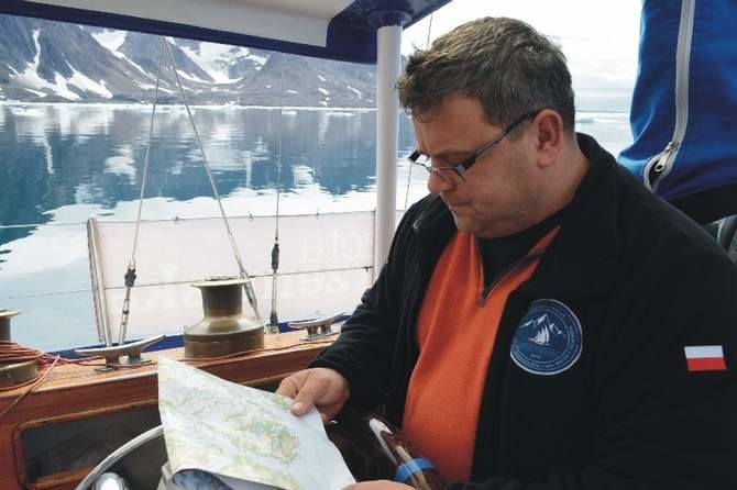 Podzieloną na osiem etapów wyprawę prowadziło lub będzie prowadzić czterech kapitanów. Wśród nich Tomasz Kulawik z Przemyśla (na zdjęciu). Żegluje od 1980 r. Na różnych jachtach odwiedził niemal całe wybrzeże Bałtyku. Był na Morzu Północnym, Norweskim, Barentsa. Zaliczył także cieplejsze morza....