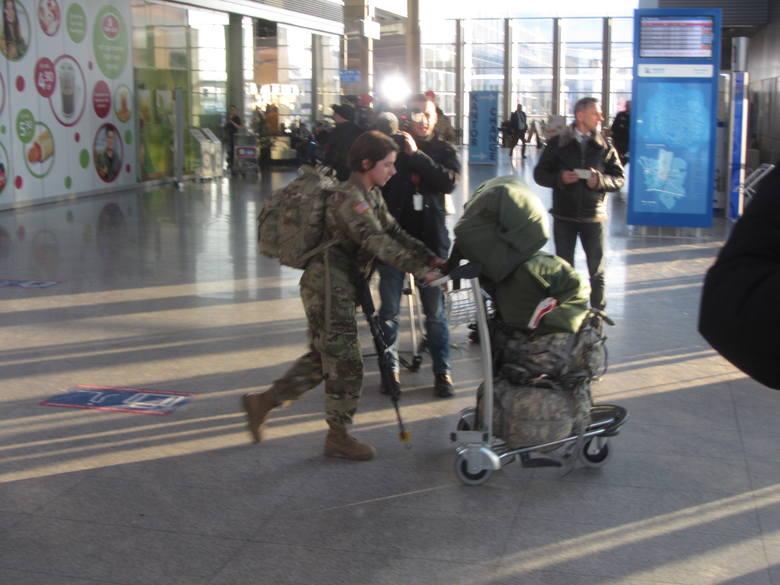 Kilkuset amerykańskich żołnierzy w Poznaniu. US Army na lotnisku Ławica