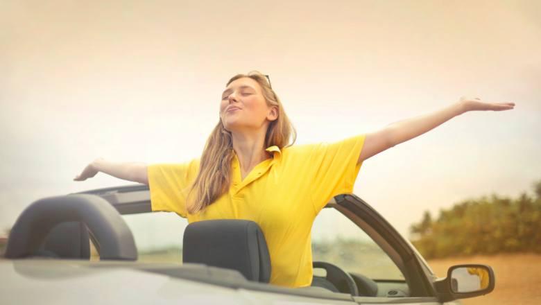 Upragnione wakacje mogą stać się męką już na starcie, gdy trzeba na nie dojechać. Podróż samochodem w upale to nic przyjemnego i nawet na krótkim dystansie