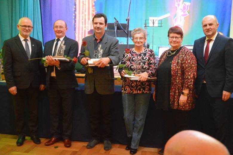Róże Powiatu to nagrody starosty oleskiego za osiągnięcia w dziedzinie sportu, twórczości artystycznej, upowszechniania i ochrony kultury.W tym roku