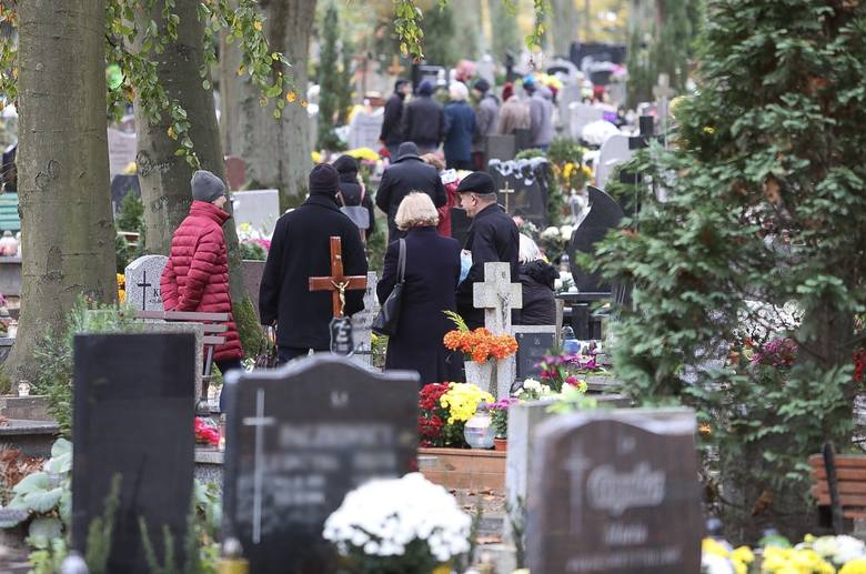 W święto Wszystkich Świętych Cmentarz Centralny odwiedziły tłumy osób. Szczecinianie zapalali znicze, układali kwiaty na grobach bliskich i modlili się.