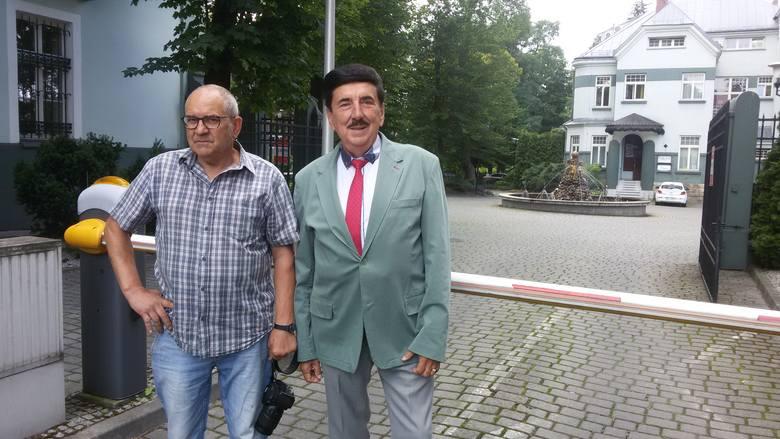 Bernard Skorok i Henryk Nowok przy fontannie w Jaworznie.