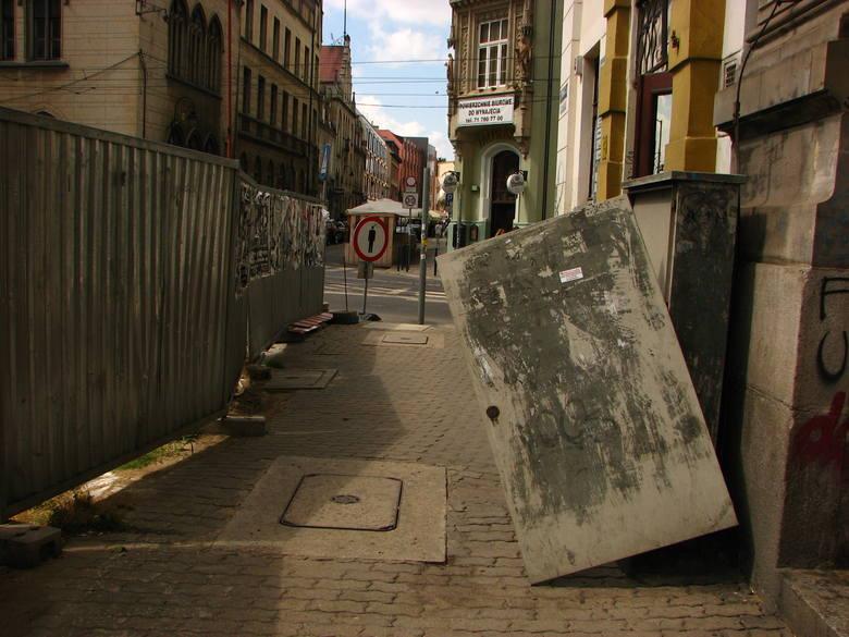 Wrocław: Wichura niszczyła też sprzęt telekomunikacyjny (ZDJĘCIA)