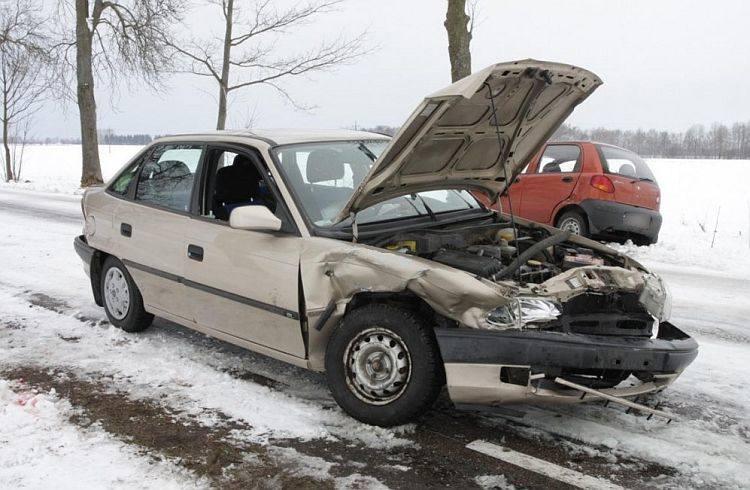 Chytra. Wypadek, trzy osoby ranne. Czołowe zderzenie opla i daewoo (zdjęcia)