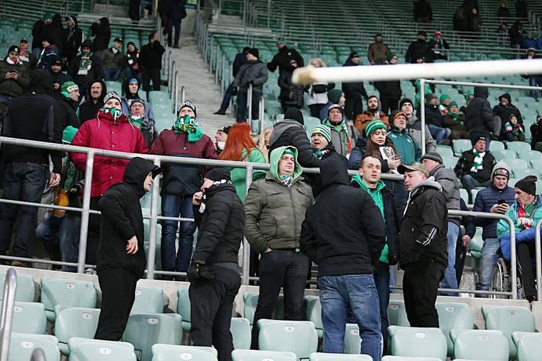 Śląsk Wrocław - Lechia 0:2 [ZDJĘCIA KIBICÓW, 30.11.2018]. Mecz przyjaźni Śląsk - Lechia oglądało we Wrocławiu niespełna 7 tys. osób. Kibice WKS-u przygotowali