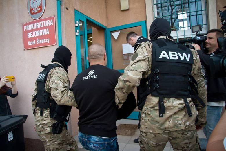 Wałbrzych - doprowadzenie do prokuratury w członków grupy neonazitowskiej