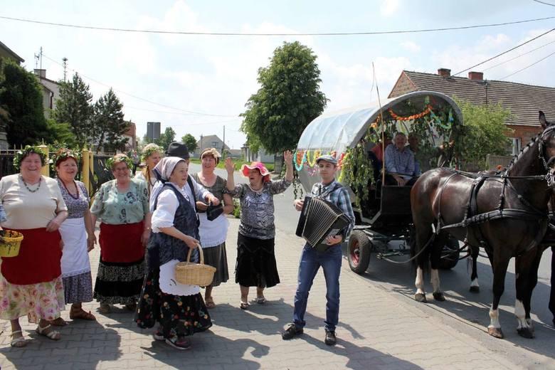 """Grupa Rekonstrukcyjna """"Żarno"""" przywraca do życia stare narzędzia rolnicze i gospodarcze."""
