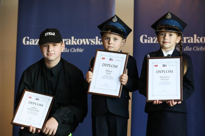Najlepsi młodzi strażacy (od lewej): Jakub Kaźmierczak, Miłosz Cieśla, Magdalena Pustelnik