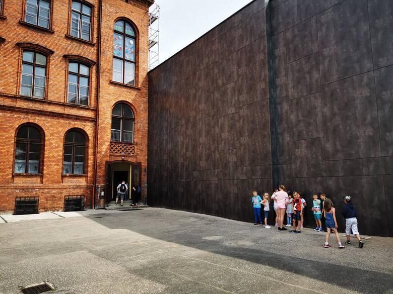 33 stopnie w cieniu pokazać mają we wtorek i środę termometry w Toruniu.  Upały męczą nas wszystkich, także dzieci stłoczone w dusznych klasach. Czy