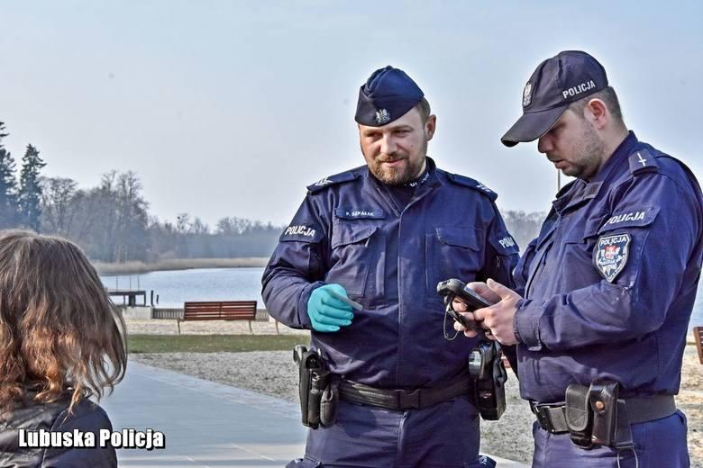Policjanci kontrolują nie tylko osoby objęte kwarantanną, ale też miejsca, w których mogą gromadzić się ludzie