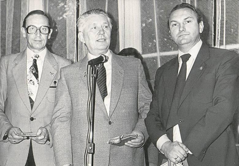 50-lecie Automobilklubu Bydgoskiego. Od prawej stoją: Józef Wiśniewski (prezes okręgu PZMot.), Lechosław Kaczor (prezes AB) i Romuald Pilaczyński.