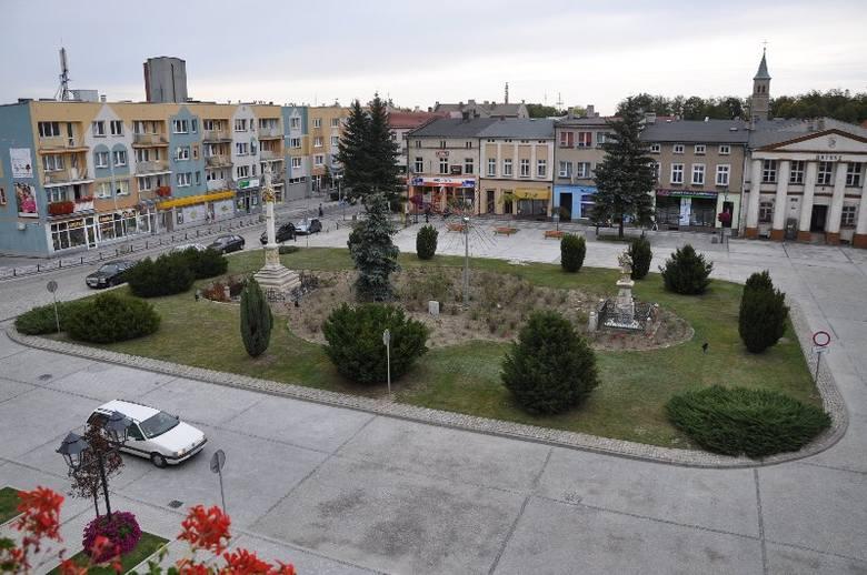 Władze Olesna od ubiegłego roku etapami modernizują Rynek. W miejsce asfaltu położono kostkę granitową, w przyszłym roku miejsce zielonego skweru w środku