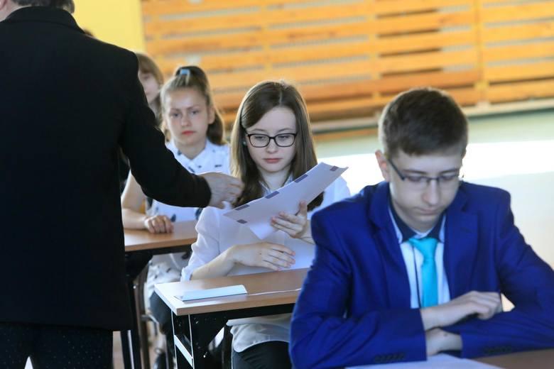 Uczniowie, którzy mają prawo skorzystać z dodatkowego terminu, przystąpią do egzaminu gimnazjalnego w tym roku w dniach 4-6 czerwca. Wideo: Info z Polski