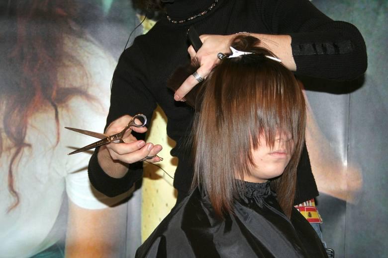 Cieniowanie półdługich włosów