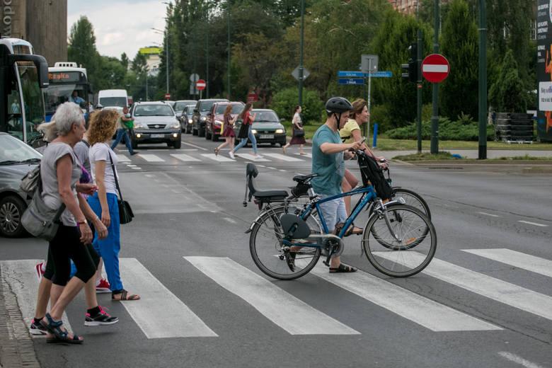 """Kierowca szeryf. To taki, któremu się wydaje, że zawsze ma rację, dlatego złośliwie zajeżdża drogę rowerzystom lub używając niewybrednych słów przez szybę """"instruuje"""" rowerzystę jak powinien się poruszać po drodze czy ścieżce rowerowej."""