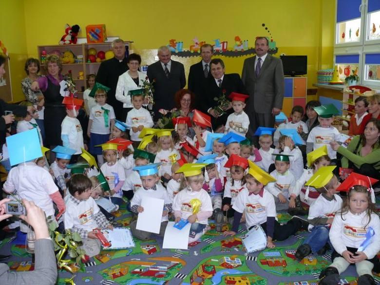 Przedszkolaki wraz z gośćmi i rodzicami podczas wczorajszej uroczystości.